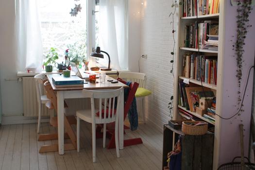 Eettafel en boekenkast